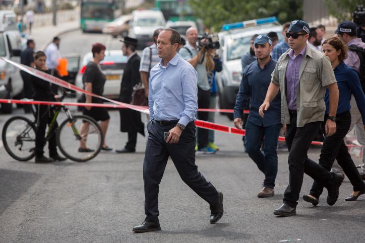 رئيس بلدية القدس نير بركات في موقع هجوم الطعن في محطة القطار الخفيف في القدس، 8 أكتوبر، 2015. (Yonatan Sindel/Flash90)