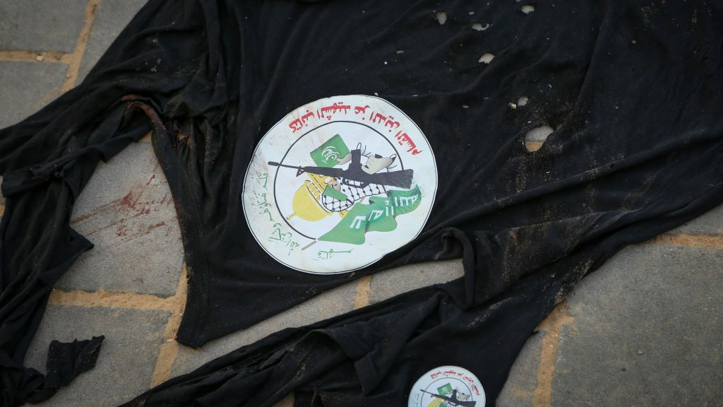 شعار كتائب عز الدين القسام، الجناح العسكري لحركة حماس، على ملابس احد منفذي هجوم طعن في بيت شيمش، 22 اكتوبر 2015 (Yaakov Lederman/Flash90)