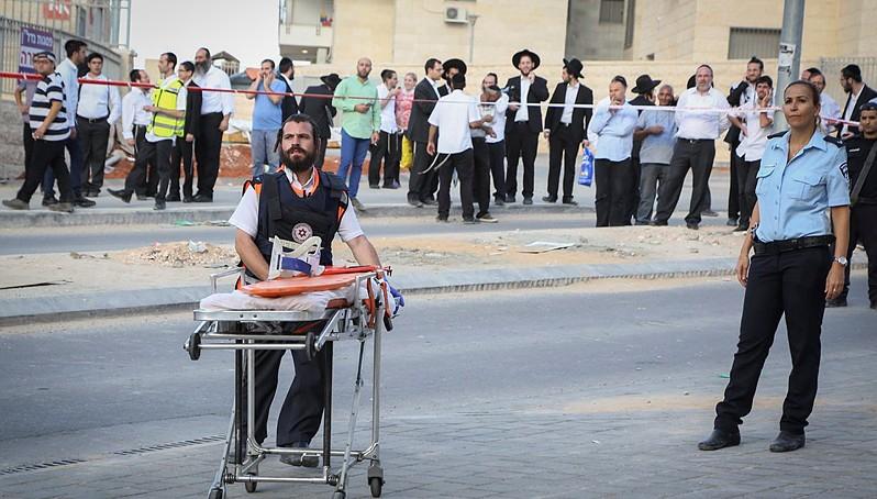 قوات الأمن الإسرائيلية في مكان وقوع فلسطينيان حاولا تنفيذ هجوم طعن في بيت شيمش، 22 اكتوبر 2015 (Yaakov Lederman/Flash90)