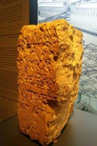 حجر 'التحذير' من الهيكل اليهودي معروض في متحف إسرائيل (Ilan Ben Zion/Times of Israel staff)