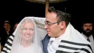 الزواج غير القانوني، ولكن الشرعي تماما حسب الشريعة اليهودية لمارك حلاوة وزوجته ليندا في اسرائيل، 2014 (Yonit Schiller/courtesy)