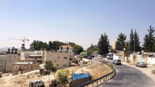 الشارع الرئيسي في جبل المكبر (Jessica Steinberg/Times of Israel)