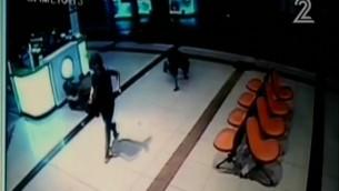 تصوير من كاميرا الأمن يظهر المعتدي يزحف على الارض في محطة الحافلات المركزية في بئر السبع، 18 اكتوبر 2015 (screen capture: Channel 2)