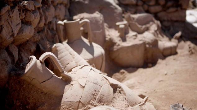 بعض الجرار الإغريقية التي تم العثور عليها فؤ خربة العيقة شرقي الجليل في 2015. (Courtesy: Uzi Leibner, The Hebrew University; Photo: Roi Sabar)