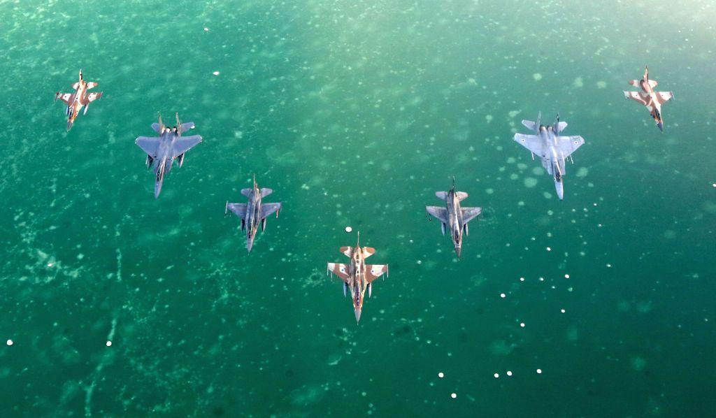 """طائرات حربية اسرائيلية واجنبية تحلق فوق البحر الأحمر خلال تدريب """"العلم الأزرق"""" في مطار عوفدا بالقرب من إيلات، 27 اكتوبر 2015 (Israeli Air Force)"""