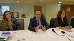 نائب الوزير للتعاون الاقليمي ايوب قرا يتحدث خلال جلسة للجنة التخطيط والبناء الوطني للموافقة على اقامة بلدة درزية جديدة، 25 نوفمبر 2015 (Photo courtesy of Ayoub Kara)