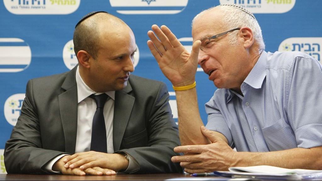 رئيس حزب البيت اليهودي نفتالي بينيت مع وزير الزراعة من الحزب اوري ارئيل (Miriam Alster/Flash90)