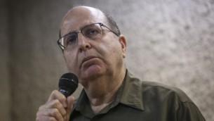 وزير الدفاع موشيه يعالون يتحدث لطلاب في الجامعة العبرية في القدس، 4 مارس، 2015. (Hadas Parush/Flash90)