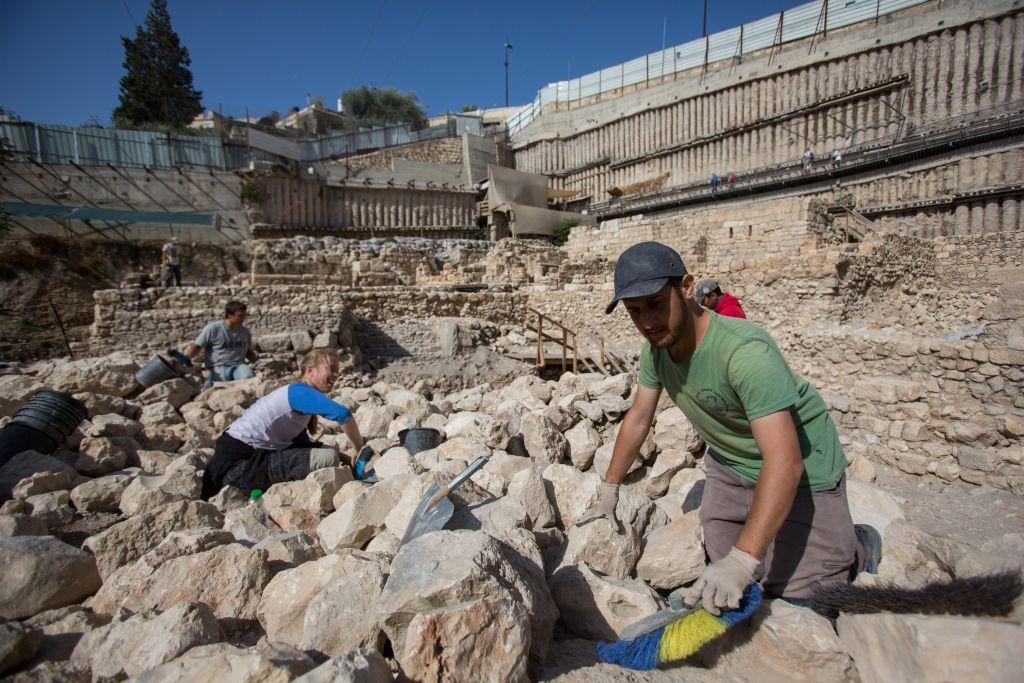 """علماء اثار يعملون بالقرب من بقايا قلعة """"حقرا"""" في """"مدينة داود"""" في القدس (Yonatan Sindel/Flash90)"""