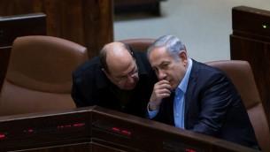 رئيس الوزراء بينيامين نتنياهو يتحدث مع وزير الدفاع موشيه يعالون (من اليسار) في قاعة الكنيست، 24 نوفمبر، 2015. (Yonatan Sindel/Flash90)