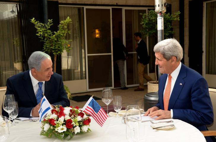 وزير الخارجية الأمريكي جون كيري خلال لقائه مع رئيس الوزراء بنيامين نتنياهو في منزل رئيس الوزراء الرسمي في القدس، 24 نوفمبر 2015 (Haim Zach/GPO)