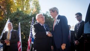 وزير الخارجية الأمريكي جون كيري خلال لقائه مع الرئيس رؤوفن ريفلين في منزل الرئيس الرسمي في القدس، 24 نوفمبر 2015 (Miriam Alster/FLASH90)