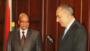 السفير الإسرائيلي لجنوب افريقيا ارتور لينك مع رئيس جنوب افريقيا جيكوب زوما، 16 اكتوبر 2013 (Ilana Lenk)