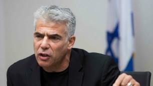 رئيس حزب يش عتيد يئير لبيد في الكنيست، 1 يونيو 2015 (Yonatan Sindel/Flash90)