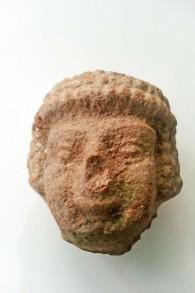 رأس تمثال منع العصر الحديدي عثر عليه طفل في الثامنة من عمره خلال تجوله بالقرب من تل بيت شيميش. (Alexander Glick, courtesy of Israel Antiquities Authority)