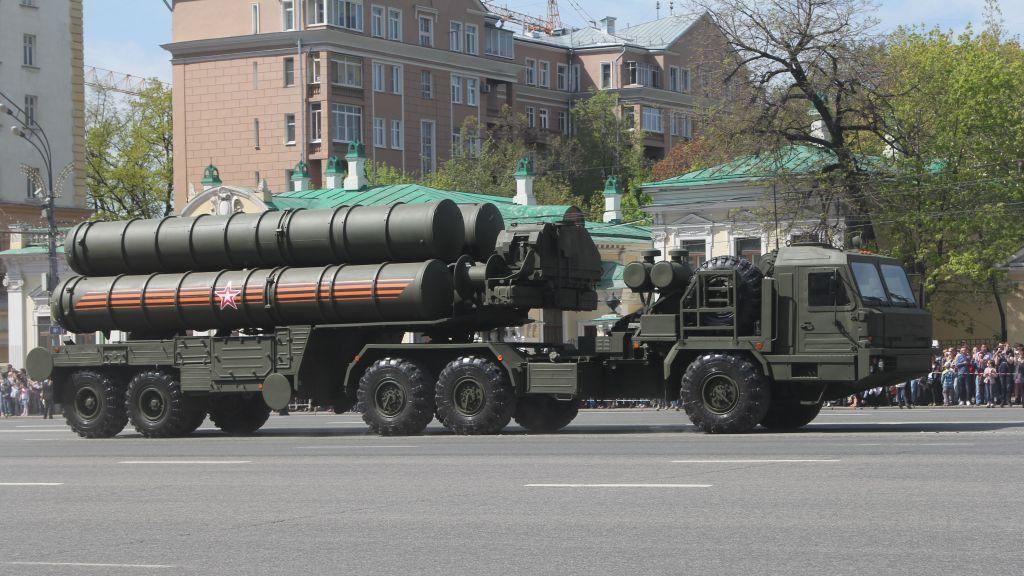 نظام الدفاع الصاروخي المضاد للطائرات اس-400 معروض في روسيا (CC BY-SA/Соколрус/Wikimedia)