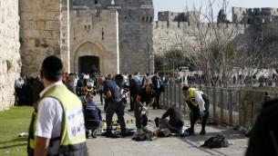 الشرطة الشرعية الإسرائيلية بجانب جثمان العتدي الفلسطيني الذي قتل برصاص قوات الامن خلال تنفيذه هجوم طعن بالقرب من البلدة القديمة في القدس، 23 ديسمبر 2015 (AFP PHOTO / AHMAD GHARABLI)
