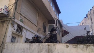 الشرطة الإسرائيلية في مكان هدم منزل في مخيم شعفاط في القدس الشرقية، 2 ديسمبر 2015 (Israel Police)