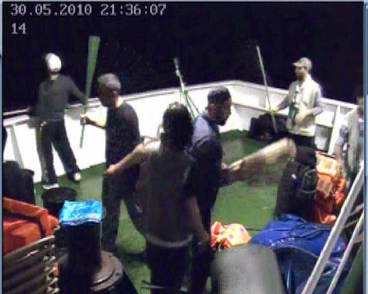 تصوير التقطته كاميرا الامن في سفينة 'مافي مرمرة' يظهر ناشطين يتهيأون لمهاجمة جنود اسرائيليين، مايو 2010 (IDF Spokesperson / FLASH90)