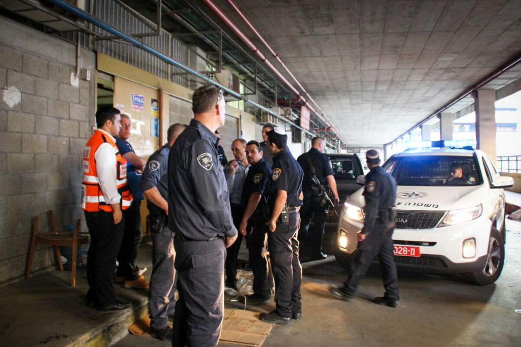 الشرطة الإسرائيلية في مكان هجوم طعن قتل فيه اسرائيليان في تل ابيب، 19 نوفمبر 2015 (Moti Karelitz/ZAKA TEL AVIV)