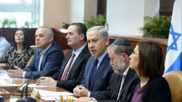 رئيس الوزراء بنيامين نتنياهو خلال جلسة للحكومة في مكتب رئيس الوزراء في القدس، 30 ديسمبر 2015 (Marc Israel Sellem/POOL)