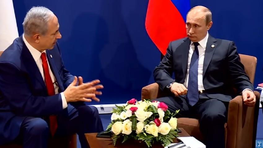 رئيس الوزراء بنيامين نتنياهو يتحدث مع الرئيس الروسي فلاديمير بوتين على هامش قمة المناخ في باريس، 30 نوفمبر 2015 (screen capture/YouTube)
