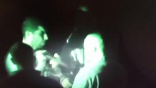 رائد مسالمة، الذي قتل اسرائيليان في هجوم طعن في تل ابيب، يحمل سكين اثناء اعادة تمثيل الجريمة، 2 ديسمبر 2015 (Flash90)