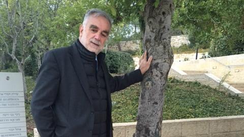 """المدعي العام السابق للمحكمة الجنائية الدولية لويس مورينو أوكامبو في زيارة في متحف المحرقة """"ياد فاشيم"""" في القدس، ديسمبر 2015 (courtesy Gal Foundation)"""