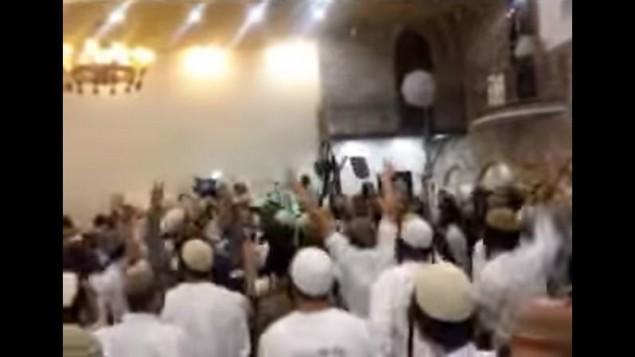 لقطة شاشة من فيديو يظهر متطرفين يهود إسرائيليين يحتفلون بجريمة قتل دوايشة خلال حفل زفاف. (لقطة شاشة: القناة 10)