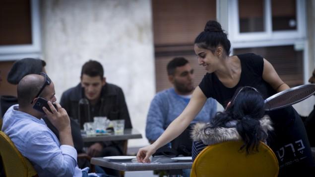 إسرائيليون في مطعم وسط مدينة القدس، السبت، 1 نوفمبر، 2014. (Miriam Alster/Flash90)