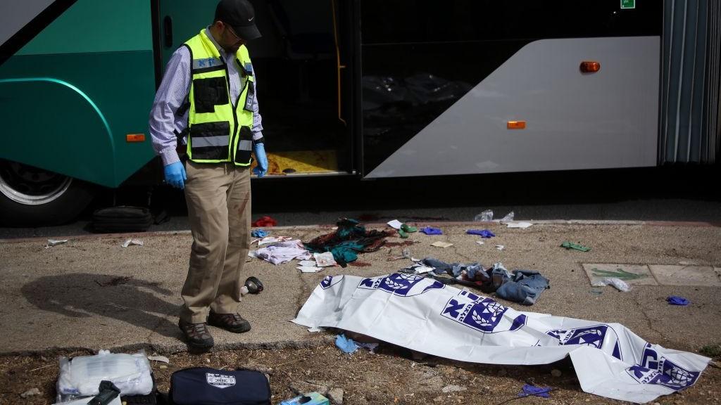 ضحية هجوم داخل حافلة في حي ارمون هناتسيف في القدس، 13 اكتوبر 2015 (Yonatan Sindel/FLASH90)