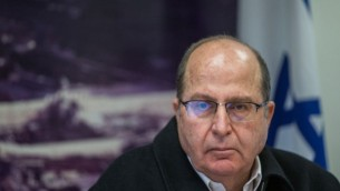وزير الدفاع موشيه يعالون خلال مؤتمر صحفي في القدس، 18 نوفمبر، 2015. (Yonatan Sindel/Flash90)