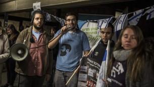 ناشطين يمينيين يتظاهرون ضد جمعية كسر الصمت في الجامعة العبرية في القدس، 22 ديسمبر 2015 (Hadas Parush/Flash90)