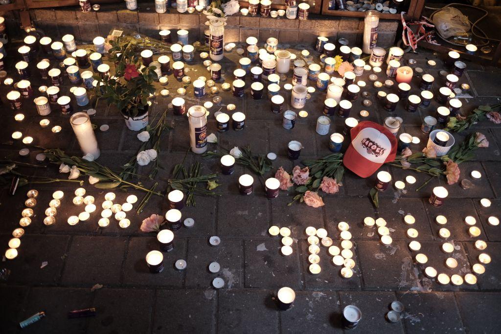 شموع مضائة لذكرى ضحابا هجوم اطلاق النار في تل ابيب، الون باكال وشمعون رويمي، امام حانة 'سيمتا' في شارع ديزنغوف، 2 يناير 2015 (Tomer Neuberg/Flash90)