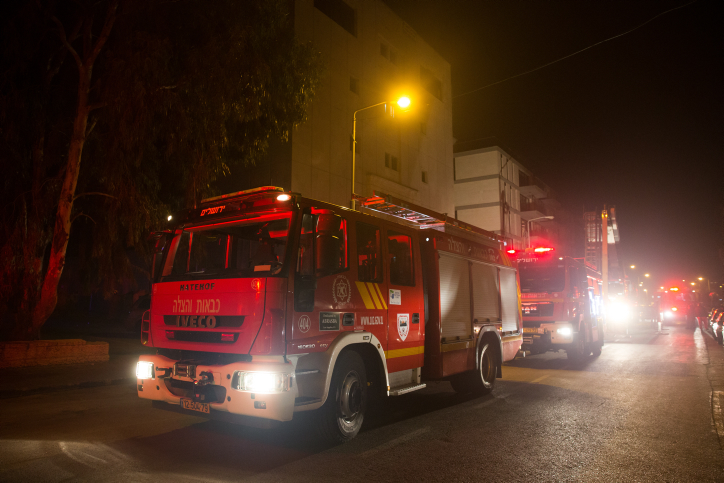 طواقم الاطفاء تحاول اخماد حريق في مبنى فيه مكاتب جمعية بتسيلم اليسارية، 10 يناير 2016 (Yonatan Sindel/Flash90)