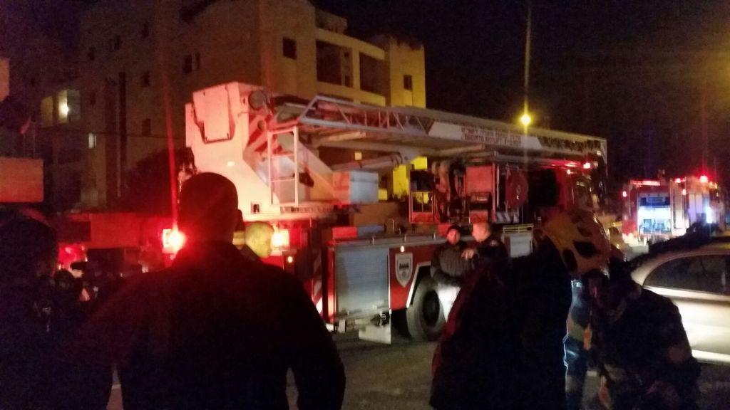 رجال الاطفاء يحاولون اخماد حريق في مبنى فيه مكاتب جمعية بتسيلم اليسارية، 10 يناير 2016 (Hagai El-Ad, B'Tselem)
