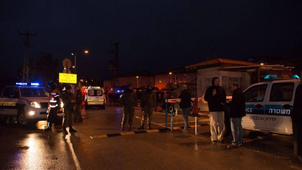 عناصر الشرطة ومسعفون في موقع هجوم طعن اصيب فيه شخصين ونفذه فلسطينيين اثنين، في مستوطنة بيت حورن في الضفة الغربية، 25 يناير 2016 (Israel Police)
