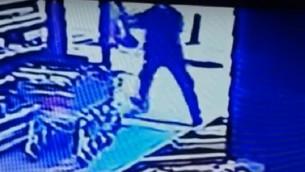 صورة شاشة من كاميرا مراقبة تظهر المعتدي في هجوم اطلاق النار في شارع ديزنغوف في تل ابيب، 1 يناير 2016