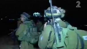 جنود يبحثون عن معتدي قتل امرأة طعنا في مستوطنة عوتنئيل في الضفة الغربية، 17 يناير 2016 (screen capture: Channel 2)