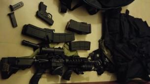 الاسلحة والذخائر التي صادرها الجيش الإسرائيلي في قرية ارتاح في الضفة الغربية، 11 يناير 2016 (IDF Spokesman)