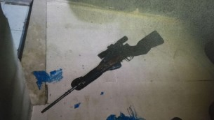 بندقية قناص يعتقد ان شقيقين فلسطينيين استخدماها لتنفيذ عدة هجمات اطلاق نار ضد اسرائيليين في الخليل (Courtesy/Shin Bet)