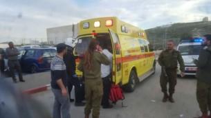 مسعفون في موقع هجوم طعن في الضفة الغربية، 18 فبراير 2016 (United Hatzalah)