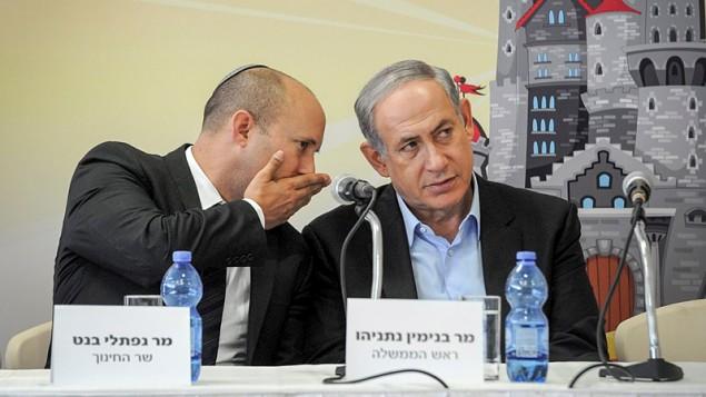 وزير التربية والتعليم نفتالي بينيت (من اليسار) ورئيس الوزراء بينيامين نتنياهو (Hornstein/Flash90)