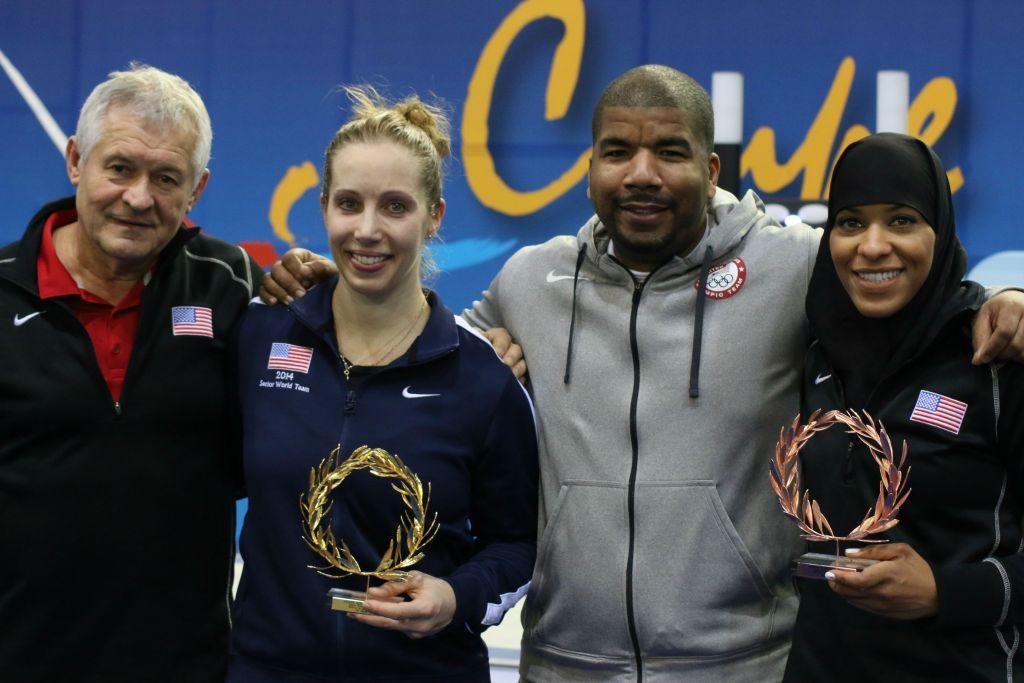 الحائزة على الميدالية الذهبية مارييل زاغونيس، الثانية من اليسار، والحائزة على الميدالية البرونزية إبتهاج محمد من اليمين، مع المدربين إد كورفانتي (من اليسار) وآكي سبنسر-إل (الثاني من اليمين) في بطولة العالم في اثينا، التي أقيمت بين 29-31 يناير، 2016. (Jeremy Summers)