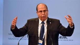 وزير الدفاع موشيه يعالون في مؤتمر ميونخ للامن، 14 فبراير 2016 (Ariel Harmoni/Defense Ministry)