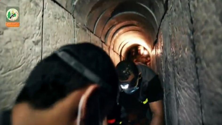 صورة شاشة من شريط فيديو لحركة حماس من شهر اغسطس 2015 يدعي انه يظهر عملية حفر نفق تحت الحدود الإسرائيلية (Ynet screenshot)