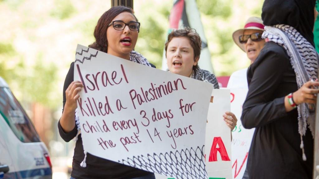 متظاهرون ضد اسرائيل في بوستون خلال مظاهرة ضد عملية الجرف الصامد في صيف عام 2014 (Elan Kawesch)