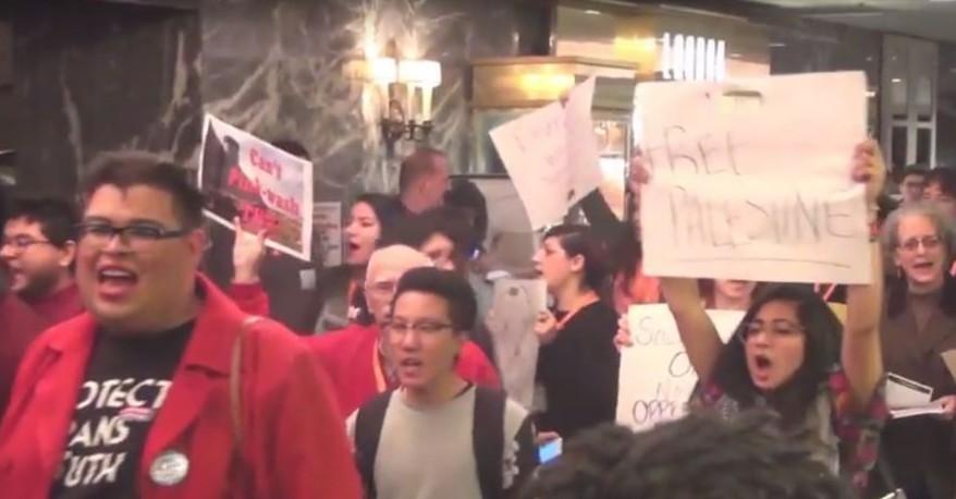 متظاهرين ضد اسرائيل في مؤتمر خلق التغيير ال28 في شيكاغو، 22 يناير 2016 (YouTube screenshot)