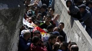 تشييع جثمان الرجل الذي قُتل خلال اشتباكات اندلعت مع قوات الامن الإسرائيلية في مخيم قلنديا، 1 مارس 2016 (AFP / ABBAS MOMANI)