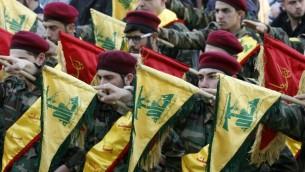 اعضاء تنظيم حزب الله الشيعي يرفعون اعلام التنظيم خلال تشييع جثمات مقاتل قُتل في الحرب في سوريا، 1 مارس 2016 (AFP/MAHMOUD ZAYYAT)